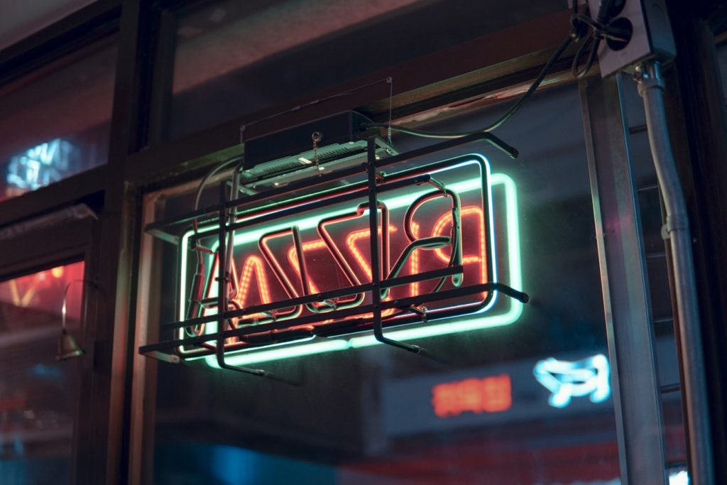 A neon pizza sign