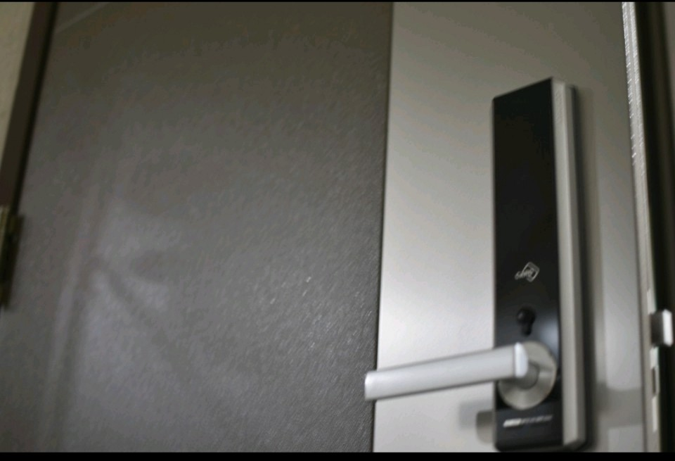 A photo showing a keypad on a door with no battery.
